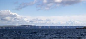 Απότομοι βράχοι Moher στο φως του ήλιου βραδιού από τη θάλασσα Στοκ φωτογραφία με δικαίωμα ελεύθερης χρήσης