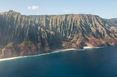Απότομοι βράχοι NA Pali επάνω από την ακτή Kauai από τα αεροσκάφη Στοκ Εικόνες