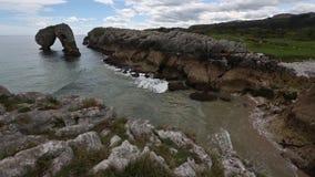 Απότομοι βράχοι Villahormes κοντά στην ακτή, Ισπανία απόθεμα βίντεο