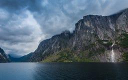 Απότομος βράχος άλματος βάσεων Kjerag Στοκ φωτογραφία με δικαίωμα ελεύθερης χρήσης
