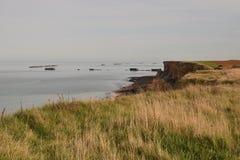 Απότομος βράχος έπειτα δίπλα στο arromanche στη Νορμανδία Στοκ Εικόνες