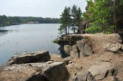 Απότομος βράχος, λίμνη και δέντρα Στοκ φωτογραφίες με δικαίωμα ελεύθερης χρήσης
