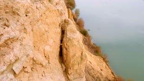Απότομος βράχος αργίλου στην όχθη ποταμού απόθεμα βίντεο