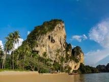 Απότομος βράχος ασβεστόλιθων σε Krabi AO Nang και Phi Phi, Ταϊλάνδη Στοκ Εικόνες