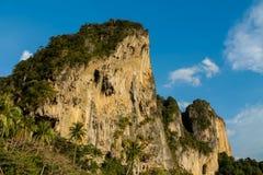 Απότομος βράχος ασβεστόλιθων σε Krabi AO Nang και Phi Phi, Ταϊλάνδη Στοκ εικόνες με δικαίωμα ελεύθερης χρήσης