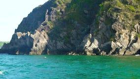 Απότομος βράχος βουνών και δύσκολο νησί στην μπλε θάλασσα, άποψη από το πλέοντας σκάφος Μπλε θαλάσσιο νερό και δύσκολος απότομος  φιλμ μικρού μήκους