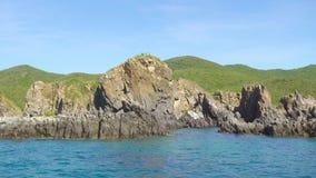 Απότομος βράχος βουνών και δύσκολο νησί στο μπλε τοπίο θάλασσας Μπλε θαλάσσιο νερό και δύσκολος απότομος βράχος στην ακτή Δύσκολο απόθεμα βίντεο
