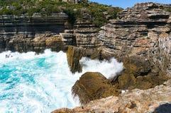 Απότομος βράχος βουνών και ισχυρά ωκεάνια κύματα Στοκ Εικόνες