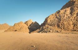 Απότομος βράχος βουνών στην έρημο Στοκ φωτογραφίες με δικαίωμα ελεύθερης χρήσης