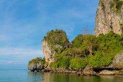 Απότομος βράχος βράχου ασβεστόλιθων στον κόλπο Krabi, τον κόλπο AO Nang, Railei και την παραλία Ταϊλάνδη Tonsai Στοκ Φωτογραφία