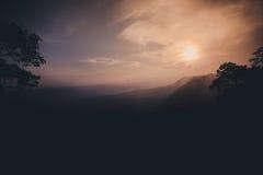 Απότομος βράχος ηλιοβασιλέματος στο βουνό Στοκ Εικόνα