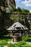 Απότομος βράχος και αγροτικός καλά στοκ φωτογραφίες