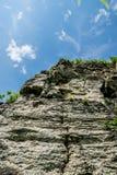 Απότομος βράχος και μπλε ουρανός στοκ εικόνες