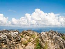 Απότομος βράχος και ουρανός βουνών βράχου Στοκ φωτογραφία με δικαίωμα ελεύθερης χρήσης