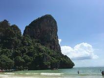 Απότομος βράχος και παραλία σε Krabi Ταϊλάνδη Στοκ Φωτογραφίες