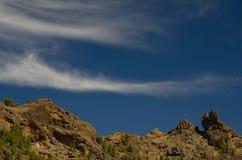 Απότομος βράχος και σύννεφα Στοκ εικόνα με δικαίωμα ελεύθερης χρήσης