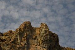 Απότομος βράχος και σύννεφα Στοκ Εικόνα