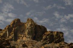 Απότομος βράχος και σύννεφα Στοκ Εικόνες