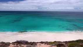 Απότομος βράχος και ωκεανός με το φως του ήλιου απόθεμα βίντεο