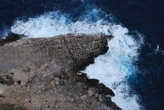Απότομος βράχος και ωκεανός Στοκ φωτογραφία με δικαίωμα ελεύθερης χρήσης