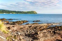 Απότομος βράχος και δύσκολη ακτή στη Βόρεια Ιρλανδία Στοκ εικόνες με δικαίωμα ελεύθερης χρήσης