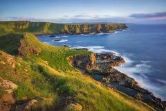 Απότομος βράχος κόλπων Portnaboe και βόρειο Antrim από μεγάλο Stookan, γιγαντιαίο υπερυψωμένο μονοπάτι ` s, UK Στοκ Φωτογραφία