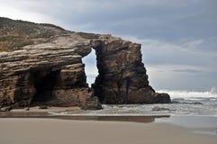 Απότομος βράχος με την τρομερή άγρια θάλασσα στοκ φωτογραφίες