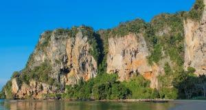 Απότομος βράχος νησιών ασβεστόλιθων σε Krabi AO Nang και Phi Phi, Ταϊλάνδη Στοκ φωτογραφίες με δικαίωμα ελεύθερης χρήσης
