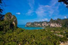 Απότομος βράχος νησιών ασβεστόλιθων σε Krabi AO Nang και Phi Phi, Ταϊλάνδη Στοκ Εικόνες