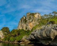 Απότομος βράχος νησιών ασβεστόλιθων σε Krabi AO Nang και Phi Phi, Ταϊλάνδη Στοκ εικόνα με δικαίωμα ελεύθερης χρήσης