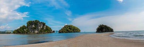 Απότομος βράχος νησιών ασβεστόλιθων σε Krabi AO Nang και Phi Phi, Ταϊλάνδη Στοκ εικόνες με δικαίωμα ελεύθερης χρήσης