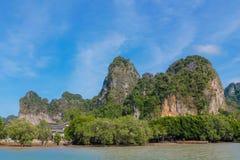 Απότομος βράχος νησιών ασβεστόλιθων σε Krabi AO Nang και Phi Phi, Ταϊλάνδη Στοκ Φωτογραφίες