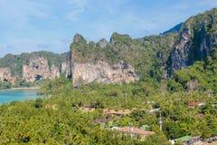 Απότομος βράχος νησιών ασβεστόλιθων σε Krabi AO Nang και Phi Phi, Ταϊλάνδη Στοκ Φωτογραφία