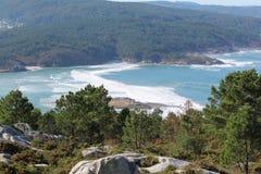 απότομος βράχος πέρα από τη θάλασσα Στοκ εικόνα με δικαίωμα ελεύθερης χρήσης