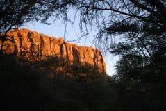 Απότομος βράχος που λούζεται στο φως βραδιού Στοκ εικόνα με δικαίωμα ελεύθερης χρήσης