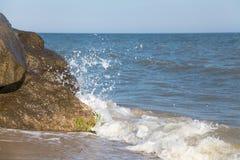 Απότομος βράχος που πλένεται πέτρινος από το κύμα θάλασσας Στοκ εικόνα με δικαίωμα ελεύθερης χρήσης