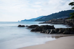 Απότομος βράχος στην παραλία Patong στοκ εικόνα με δικαίωμα ελεύθερης χρήσης
