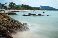 Απότομος βράχος στην παραλία Patong Στοκ Εικόνες