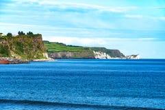 Απότομος βράχος στη βόρεια ακτή στη Βόρεια Ιρλανδία Στοκ φωτογραφία με δικαίωμα ελεύθερης χρήσης