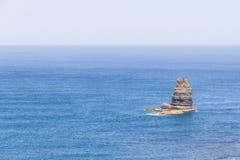 Απότομος βράχος στον ωκεανό σε Arrifana Στοκ εικόνες με δικαίωμα ελεύθερης χρήσης