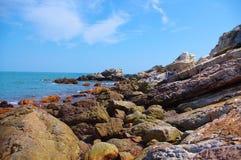 Απότομος βράχος της παραλίας κάτω από τον ουρανό bule   Στοκ εικόνα με δικαίωμα ελεύθερης χρήσης