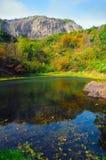 Απότομος βράχος το φθινόπωρο στοκ φωτογραφία με δικαίωμα ελεύθερης χρήσης