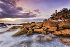 Απότομος βράχος φάρων SHead θάλασσας κάτω Στοκ Φωτογραφίες