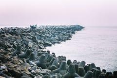 Απότομος βράχος φάρων Thangassery που περιβάλλεται από τους φοίνικες και τα μεγάλα κύματα θάλασσας στην παραλία Kollam Κεράλα, Ιν Στοκ εικόνες με δικαίωμα ελεύθερης χρήσης