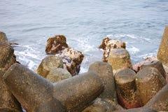 Απότομος βράχος φάρων Thangassery που περιβάλλεται από τους φοίνικες και τα μεγάλα κύματα θάλασσας στην παραλία Kollam Κεράλα, Ιν Στοκ φωτογραφία με δικαίωμα ελεύθερης χρήσης