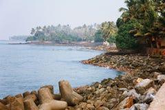 Απότομος βράχος φάρων Thangassery που περιβάλλεται από τους φοίνικες και τα μεγάλα κύματα θάλασσας στην παραλία Kollam Κεράλα, Ιν Στοκ Φωτογραφία