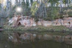Απότομος βράχος ψαμμίτη με τη σπηλιά στοκ εικόνες