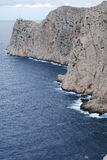 Απότομος βράχος, ωκεανός και φάρος Στοκ Εικόνα