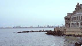 Απότομος βράχος Constanta Cazino, Μαύρη Θάλασσα, σε μια χειμερινή ημέρα απόθεμα βίντεο