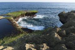 Απότομος βράχος Nusa Lembongan, Μπαλί, Ινδονησία δακρυ'ων διαβόλων ` s Στοκ Φωτογραφίες